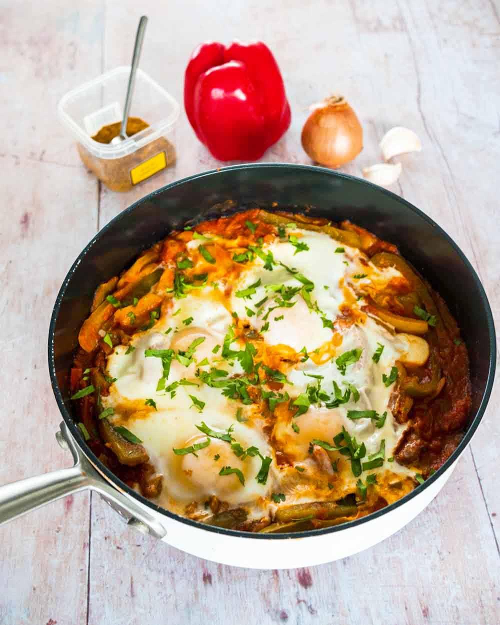 Chakchouka aux œufs - plat végétarien - la cerise sur le maillot
