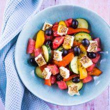 Salade rafraichissante à la pastèque et feta rôtie