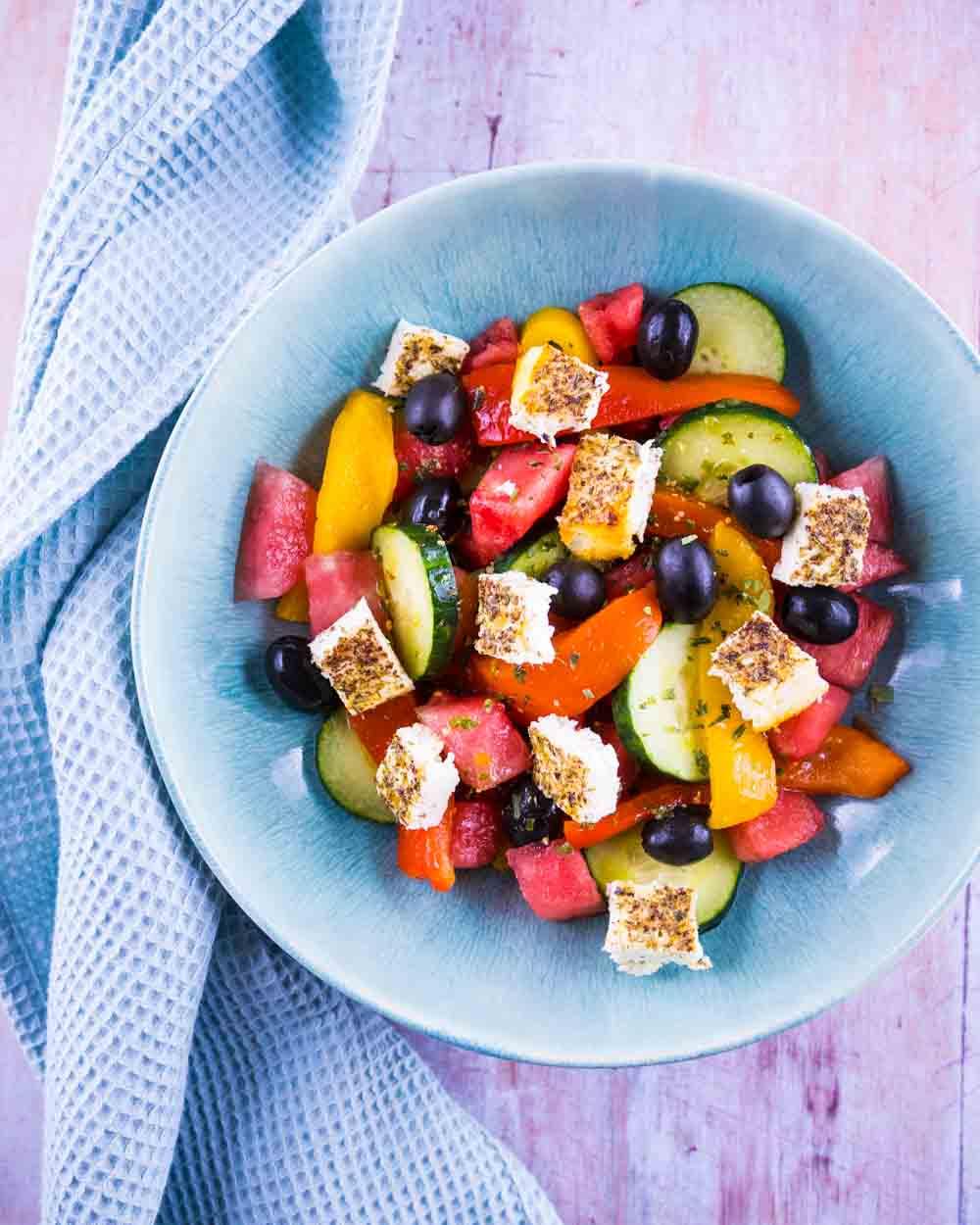 Salade rafraichissante à la pastèque et feta rôtie, vinaigrette à l'estragon - la cerise sur le maillot