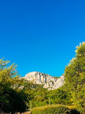 Les Alpilles et le ciel toujours bleu