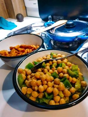 Salade de pois chiches et poulet sauté au gingembre