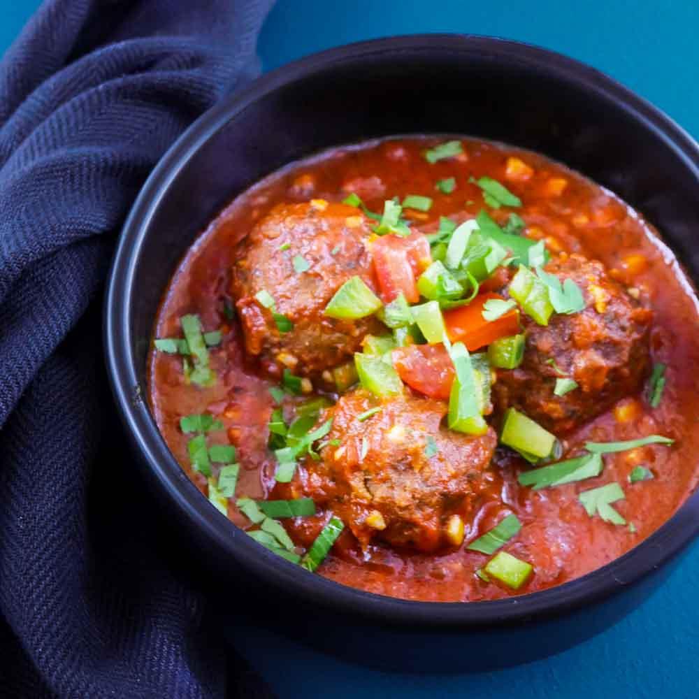 Boulettes de lentilles au cumin, sauce tomate et salsa - la cerise sur le maillot