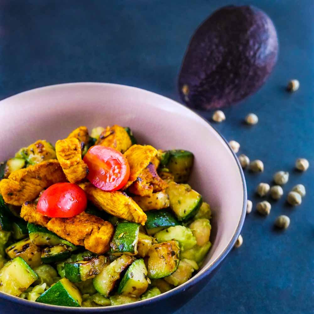 Salade orientale aux pois chiches, courgettes grillées et dinde marinée - la cerise sur le maillot