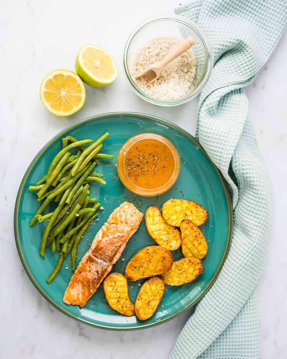 Saumon sauce Chimichurri (et pommes de terre au four) - la cerise sur le maillot