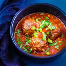Boulettes de lentilles au cumin, sauce tomate et salsa
