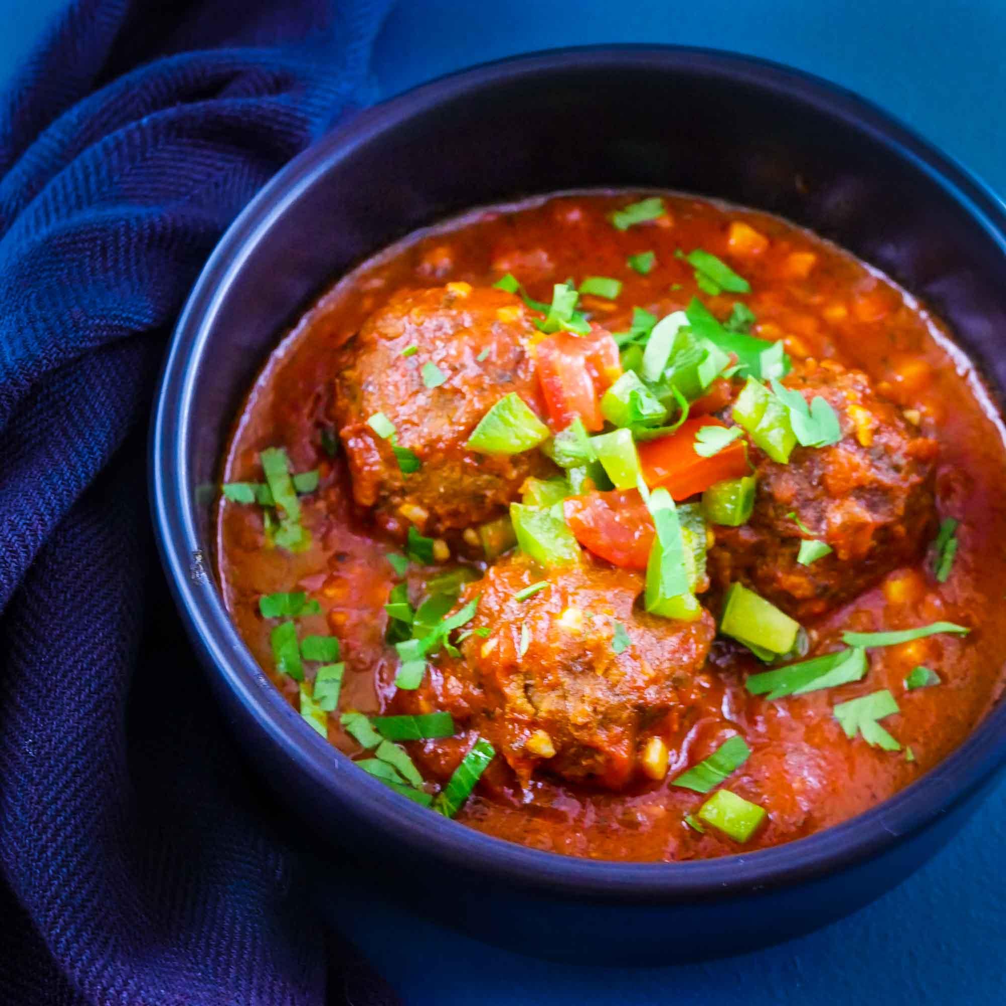 Boulettes de lentilles cumin, sauce tomate et salsa - la cerise sur le maillot