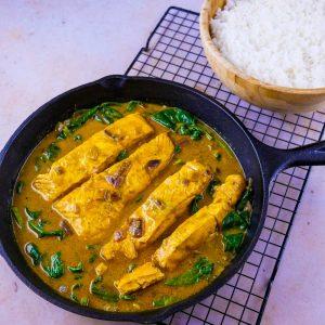 Saumon poché aux épinards, curry et lait de coco - la cerise sur le maillot