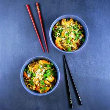 Nouilles sautées aux crevettes et pois gourmands, la recette minute