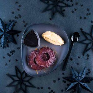 Ananas poché au vin chaud, rôti et crème glacée au pain d'épices - la cerise sur le maillot