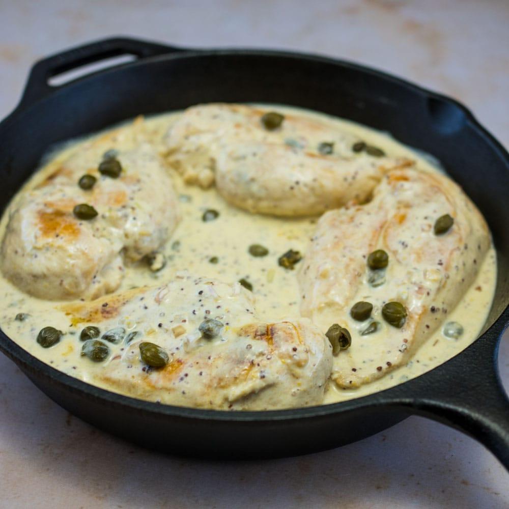 Filets de poulet sauce au vin blanc, moutarde et câpres - la cerise sur le maillot