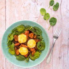 Salade aux légumes rôtis et croquettes de riz au cheddar