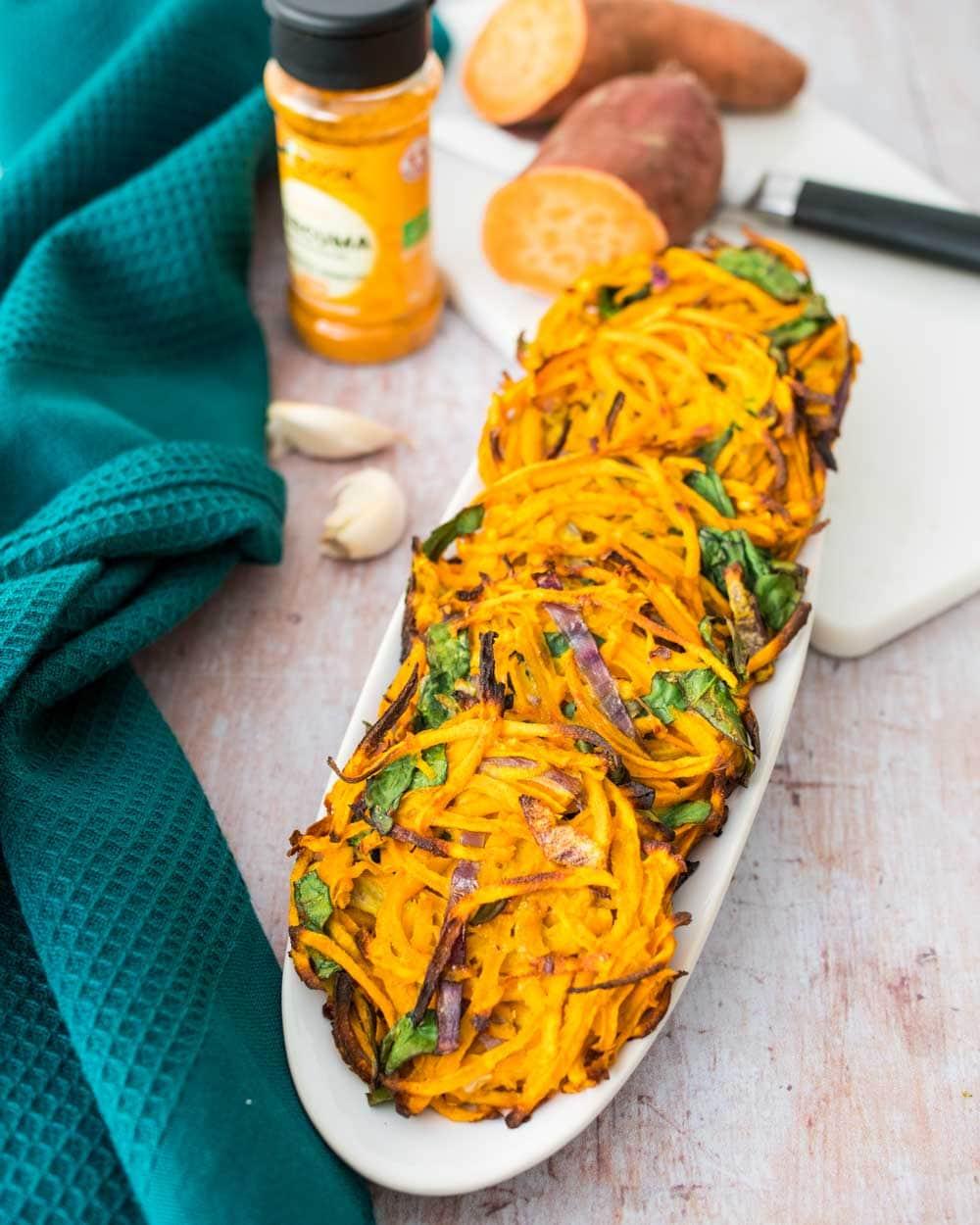 Rostis de patate douce, oignon rouge et épinards - la cerise sur le maillot