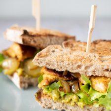 Club sandwich dinde marinée, avocat et oignons confits