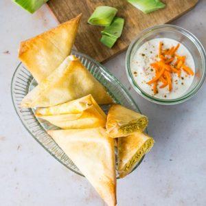 Samoussas dinde-poireau au curry et raïta de carottes - la cerise sur le maillot