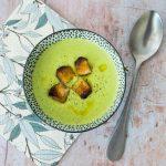 Velouté de petits pois au Boursin, croutons de pain aillés à l'huile d'olive - la cerise sur le maillot