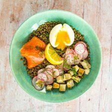 Salade de lentilles, artichaut, œuf mollet et truite fumée