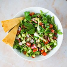 Salade fattouche, socca et sauce tahin
