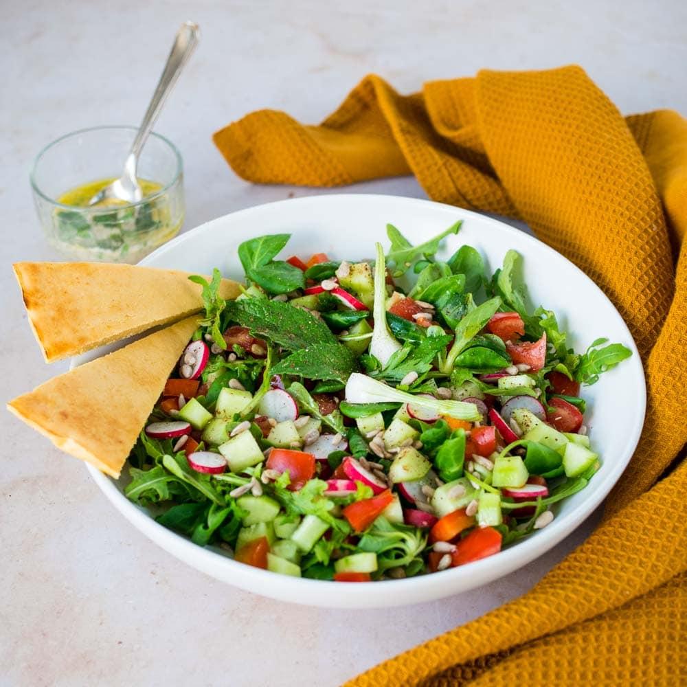 Salade fattouche, socca et sauce tahin - la cerise sur le maillot