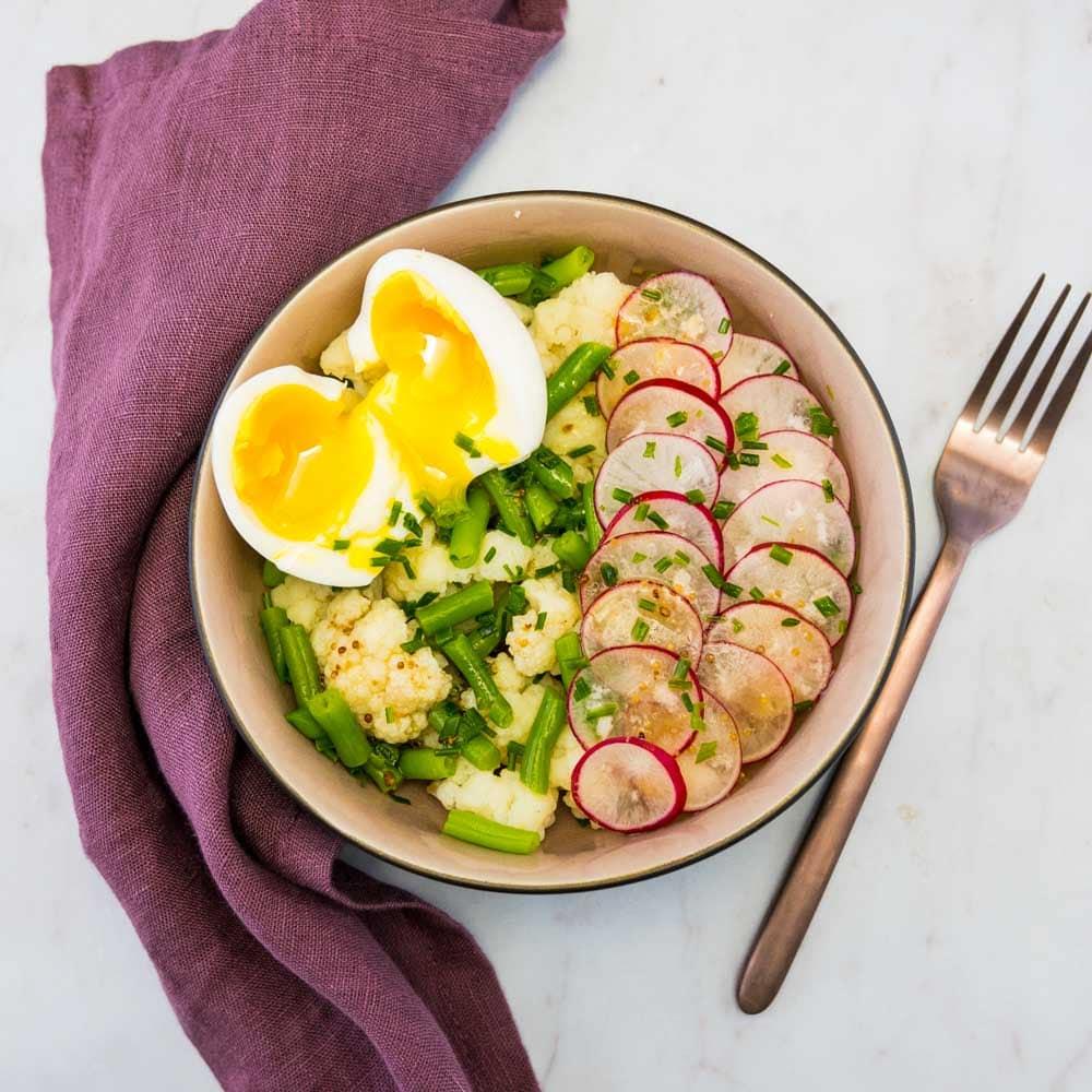 Salade de chou-fleur, haricots, radis et œuf mollet - la cerise sur le maillot