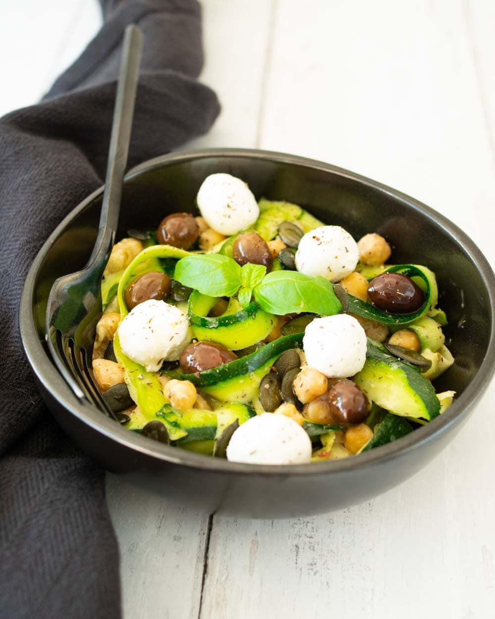 Salade de courgettes au chèvre frais, sauce au pesto - la cerise sur le maillot