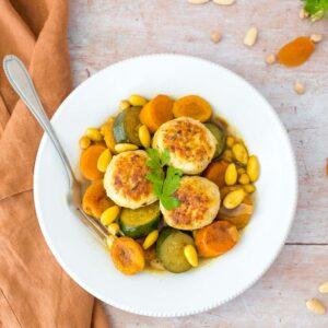 Tajine de boulettes de poulet aux abricots et aux amandes - la cerise sur le maillot