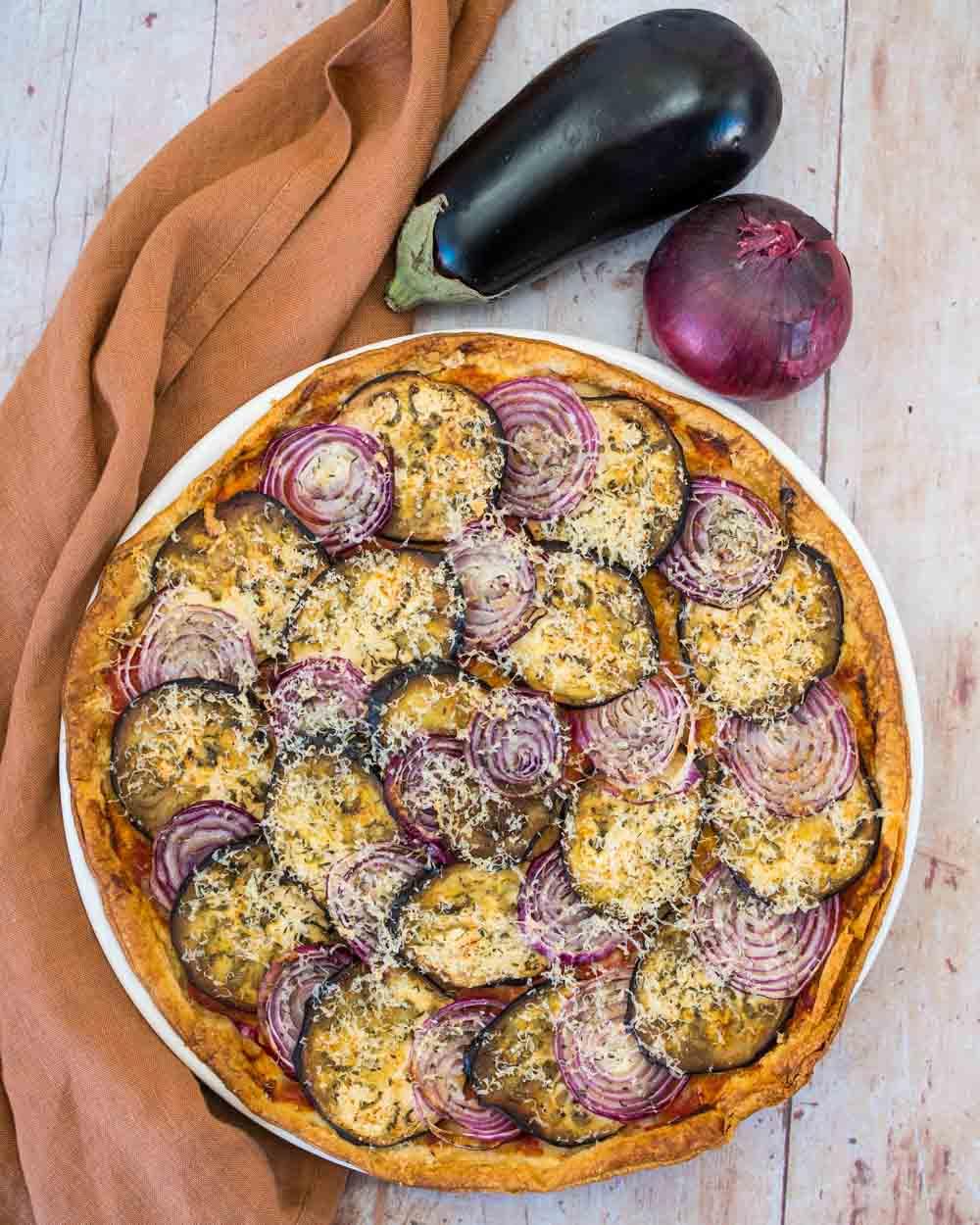 Tarte fine à l'aubergine, oignon rouge et parmesan - la cerise sur le maillot