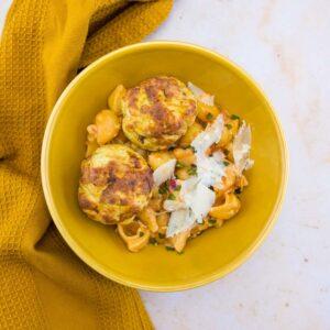 Boulettes de poulet au pesto et pâtes à la sauce tomate express - la cerise sur le maillot
