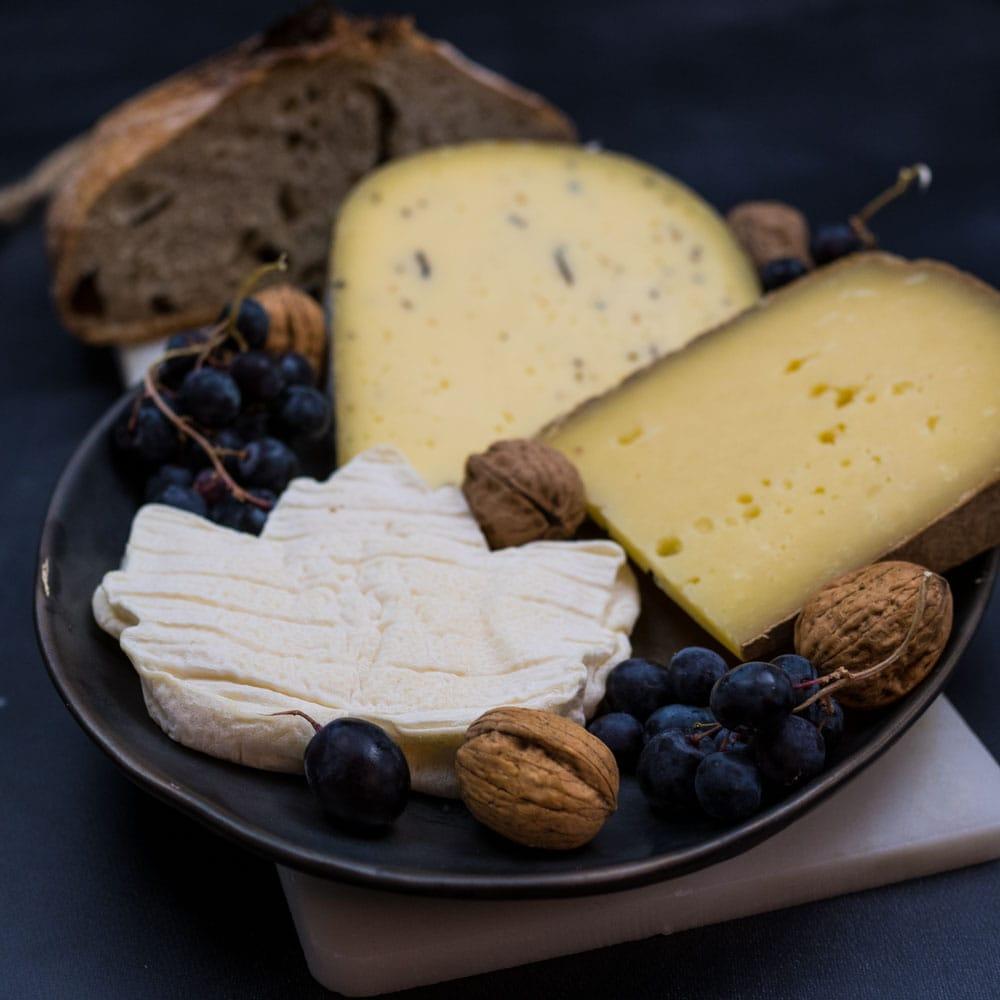 Menu de fêtes sans prise de tête - plateau de fromages - la cerise sur le maillot