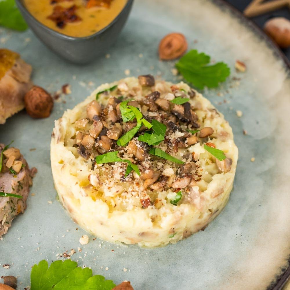 Écrasée de pommes de terre à la noisette et aux champignons - la cerise sur le maillot