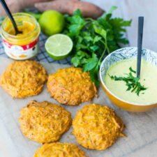 Beignets de carottes et patates douces, sauce au yaourt et au curry