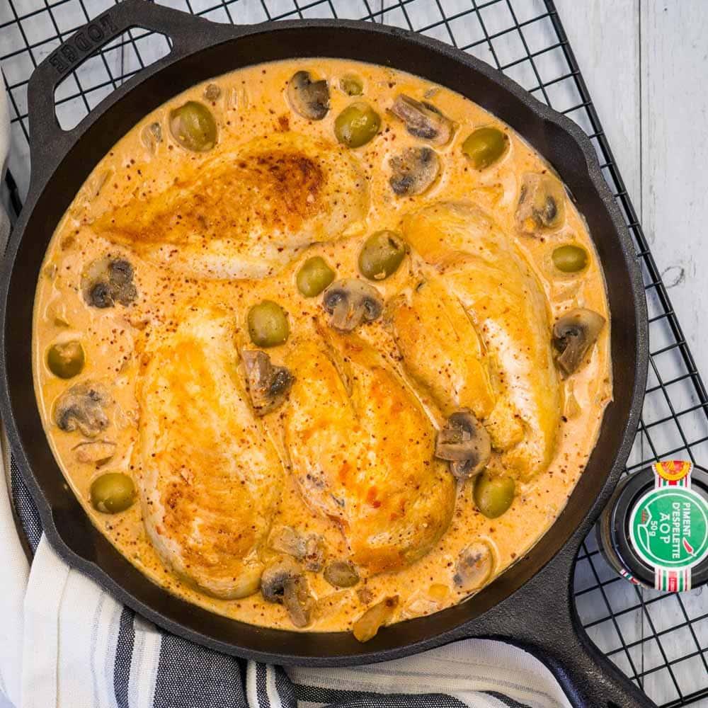 Poulet sauce crémeuse à la tomate, olives et champignons - la cerise sur le maillot