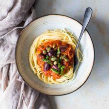 Spaghetti et sauce veggie comme une puttanesca