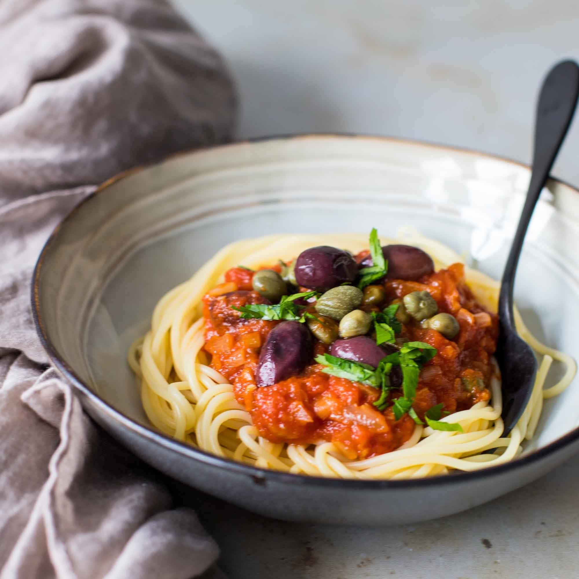 Spaghetti et sauce veggie comme une puttanesca - la cerise sur le maillot
