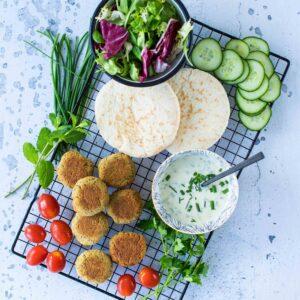 Falafels au four et sauce au yaourt et aux herbes - la cerise sur le maillot