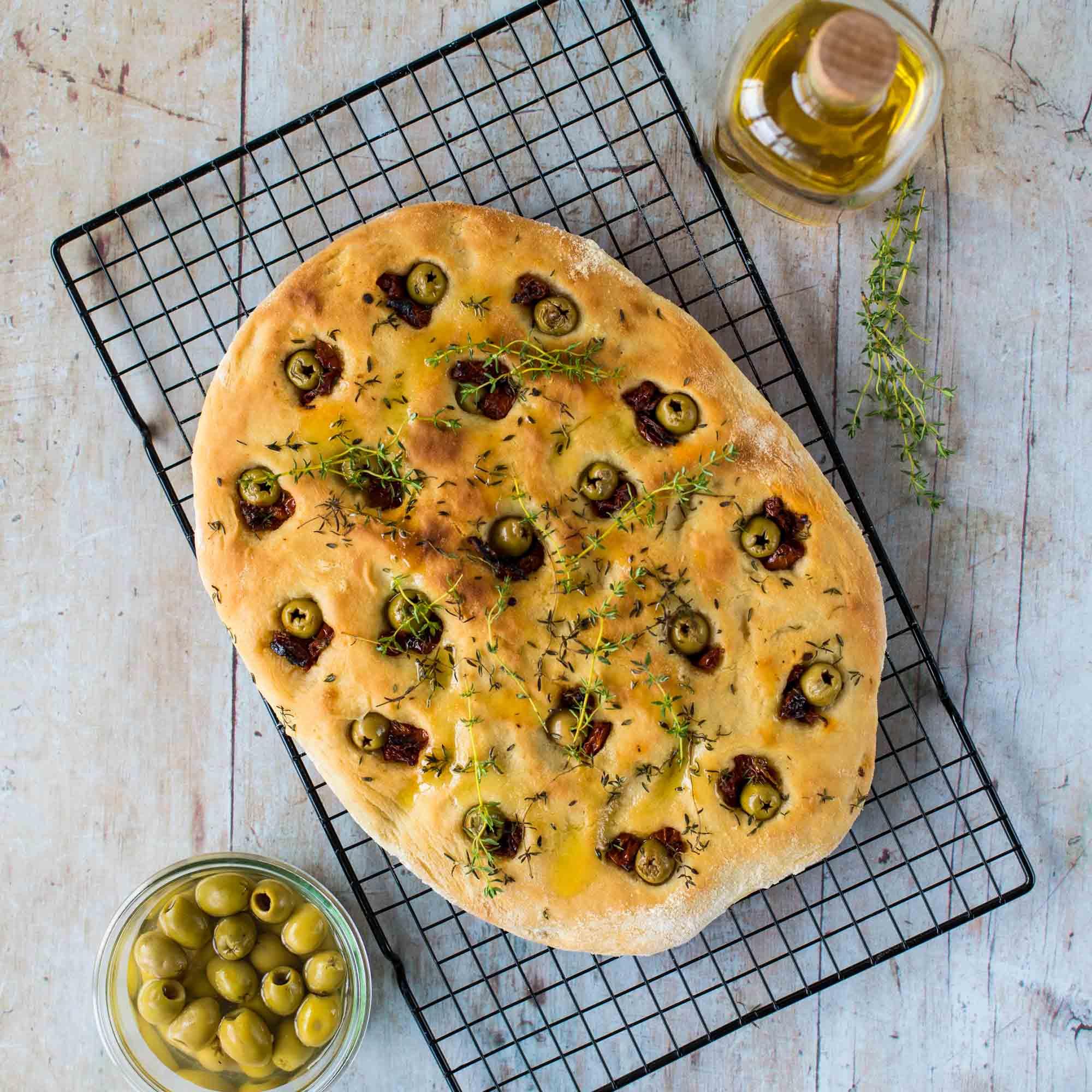 Foccacia aux olives et tomates confites - la cerise sur le maillot