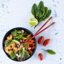 Poke bowl aux crevettes et aux asperges vertes