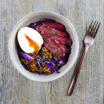 Salade de lentilles, chou rouge, œuf mollet et magret fumé – la cerise sur le maillot